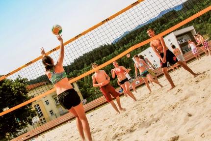 Beachvolleyball beim Schwesterhotel – Sporthotel ROYAL X – Urlaub in der Pension Elisabeth – Frühstückspension am Millstätter See