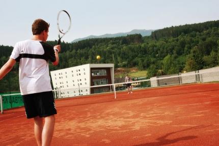 Tennisplatz beim Schwesterhotel – Hotel ROYAL X – Urlaub am Millstätter See – Pension Elisabeth – Frühstückspension in Kärnten